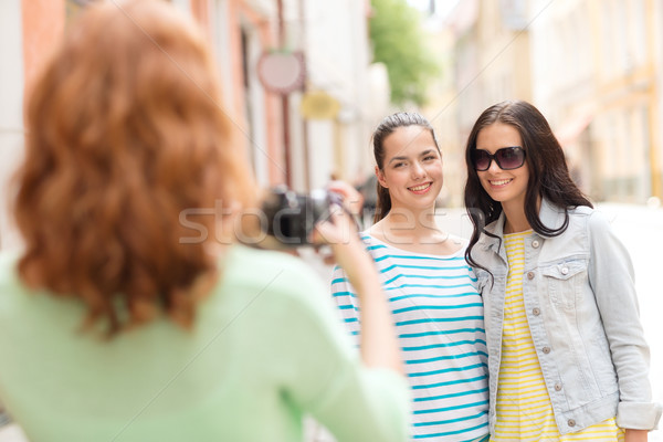 Uśmiechnięty nastolatki kamery turystyki podróży wypoczynku Zdjęcia stock © dolgachov