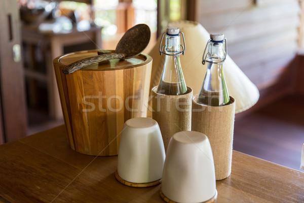 Utensílios de cozinha tabela quarto de hotel talheres casal garrafas Foto stock © dolgachov
