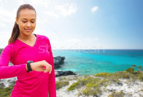 улыбающаяся женщина частота сердечных сокращений Смотреть пляж спорт фитнес Сток-фото © dolgachov
