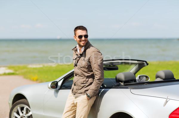 Szczęśliwy człowiek kabriolet samochodu odkryty auto Zdjęcia stock © dolgachov