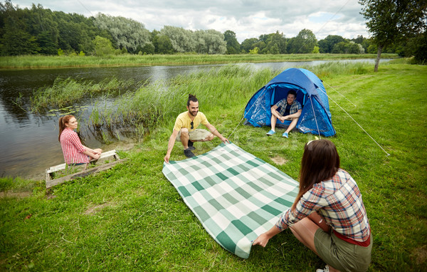 Feliz amigos toalha de piquenique camping Foto stock © dolgachov