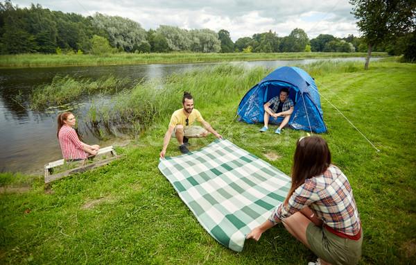 Gelukkig vrienden leggen picknickdeken camping camping Stockfoto © dolgachov