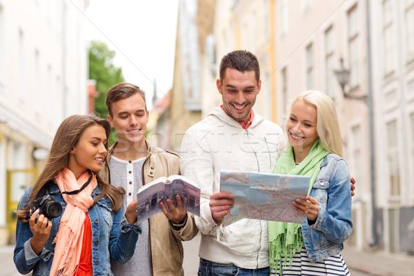Grupy znajomych miasta przewodnik Pokaż kamery Zdjęcia stock © dolgachov