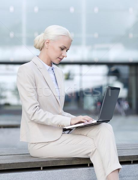 üzletasszony dolgozik laptop kint üzlet oktatás Stock fotó © dolgachov