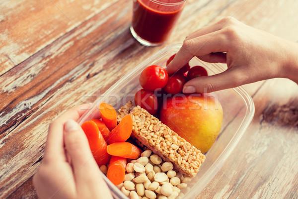 Foto d'archivio: Mani · cibo · vegetariano · finestra · dieta