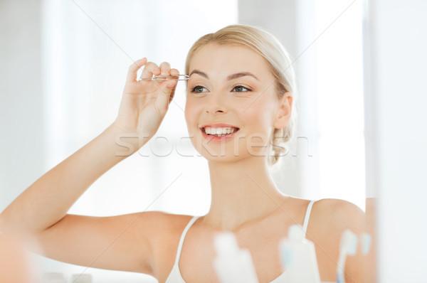 Mujer ceja bano belleza personas sonriendo Foto stock © dolgachov
