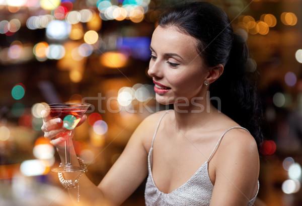Czarujący kobieta koktajl klub nocny bar ludzi Zdjęcia stock © dolgachov
