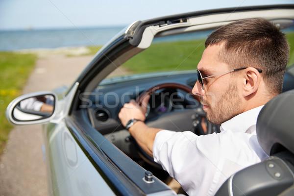 Feliz homem condução cabriolé carro ao ar livre Foto stock © dolgachov