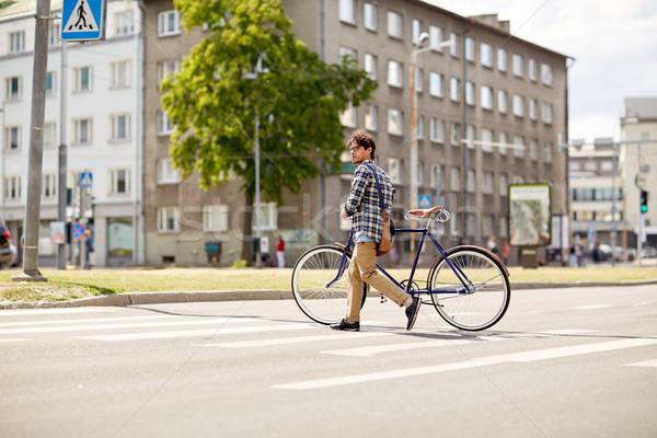 Stockfoto: Jonge · man · vast · versnelling · fiets · mensen
