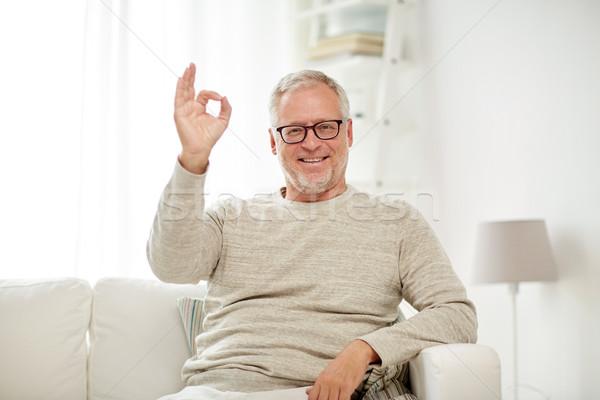 Lächelnd Senior Mann Handzeichen Stock foto © dolgachov
