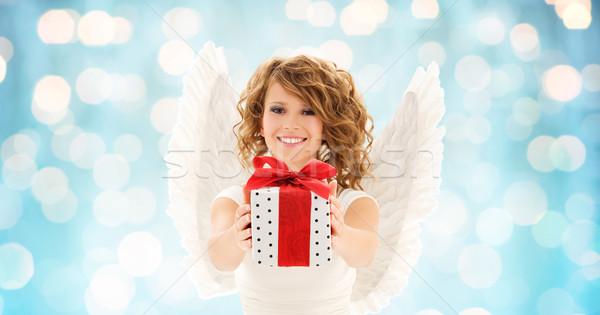 Szczęśliwy kobieta christmas dar ludzi Zdjęcia stock © dolgachov