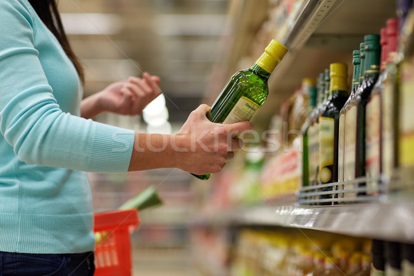 Donna acquisto olio d'oliva supermercato alimentari vendita Foto d'archivio © dolgachov