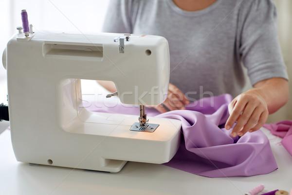 Sur mesure femme machine à coudre tissu personnes couture Photo stock © dolgachov