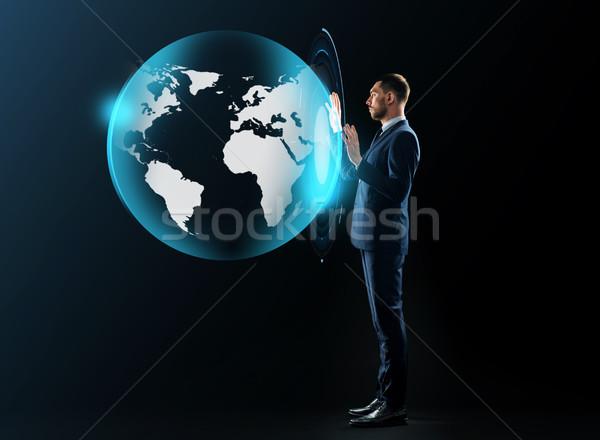 Zakenman pak virtueel aarde projectie zakenlieden Stockfoto © dolgachov