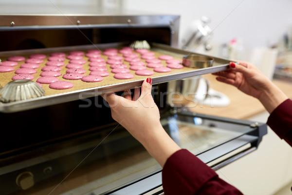 şef macarons fırın tepsi şekerleme pişirme Stok fotoğraf © dolgachov