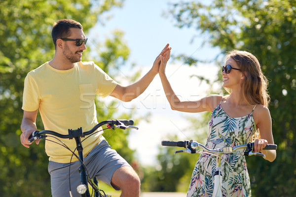 Heureux couple vélos high five personnes Photo stock © dolgachov