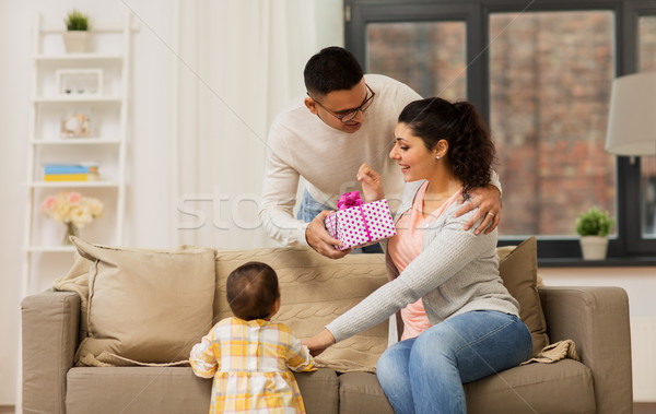 Boldog család születésnap ajándék otthon család ünnepek Stock fotó © dolgachov