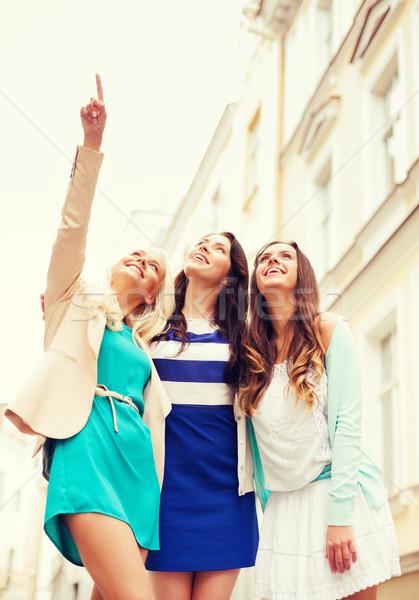 Mooie meisjes naar iets stad vakantie Stockfoto © dolgachov