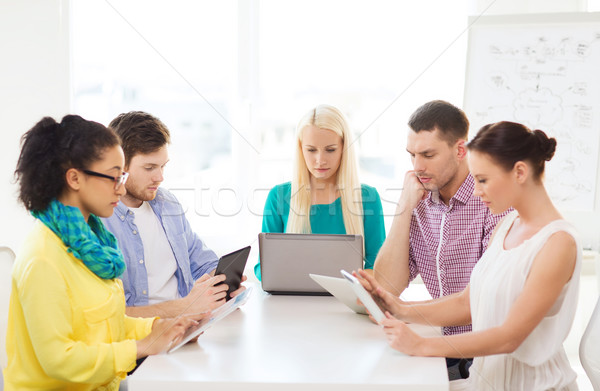 Ernstig team tabel pc laptop kantoor Stockfoto © dolgachov