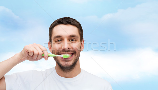 Sonriendo joven cepillo de dientes salud belleza sonrisa Foto stock © dolgachov