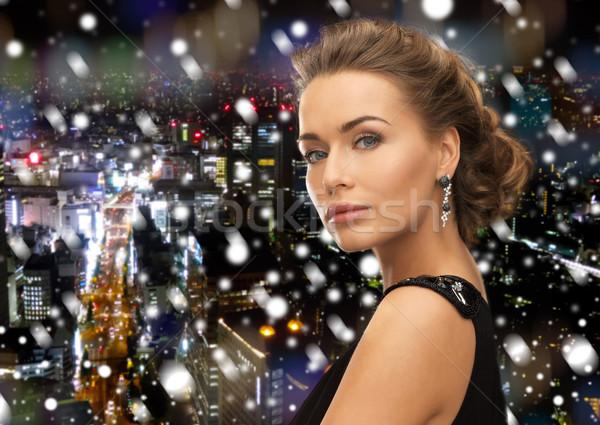 Gyönyörű nő estélyi ruha visel fülbevalók emberek ünnepek Stock fotó © dolgachov