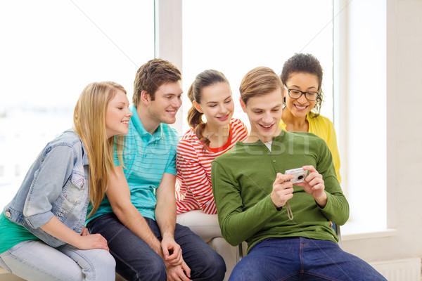 Sorridere studenti fotocamera digitale scuola istruzione tempo libero Foto d'archivio © dolgachov