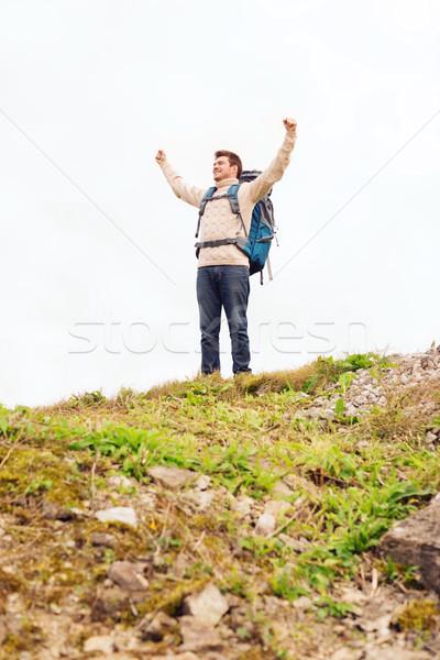 Sonriendo hombre mochila senderismo aventura viaje Foto stock © dolgachov