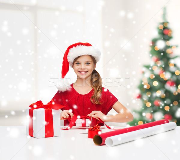 Uśmiechnięty dziewczyna Święty mikołaj pomocnik hat szkatułce Zdjęcia stock © dolgachov
