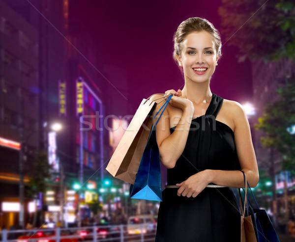 Glimlachende vrouw avondkleding winkelen verkoop geschenken Stockfoto © dolgachov