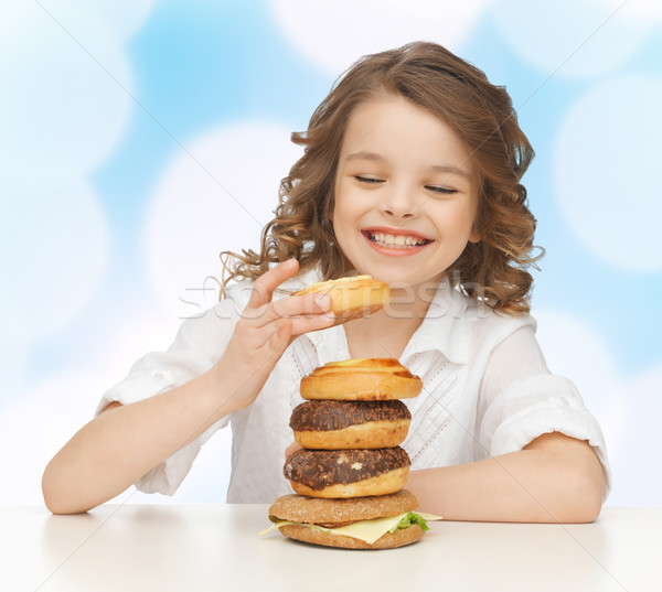 Szczęśliwy uśmiechnięty dziewczyna niezdrowe jedzenie dzieci Zdjęcia stock © dolgachov