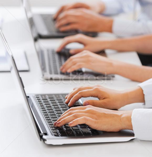 Groep mensen werken laptops kantoor business telemarketing Stockfoto © dolgachov