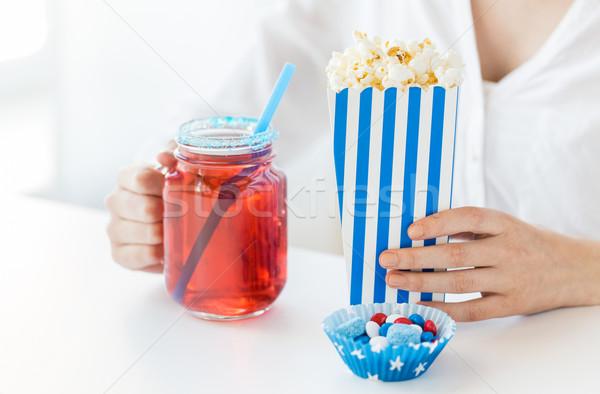 Kobieta popcorn pić szkła mason jar Zdjęcia stock © dolgachov