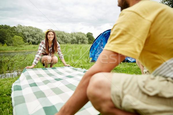 Feliz casal toalha de piquenique camping Foto stock © dolgachov