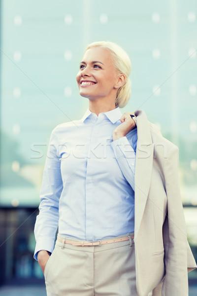 Jonge glimlachend zakenvrouw kantoorgebouw zakenlieden onderwijs Stockfoto © dolgachov