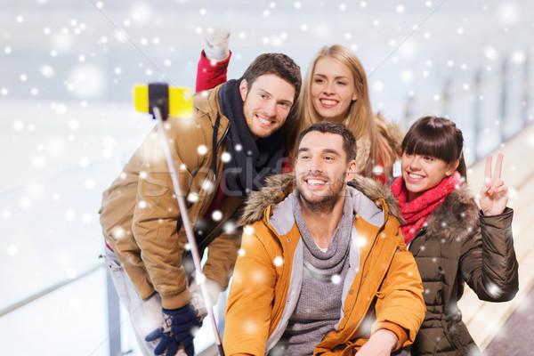 счастливым друзей смартфон катание люди Сток-фото © dolgachov