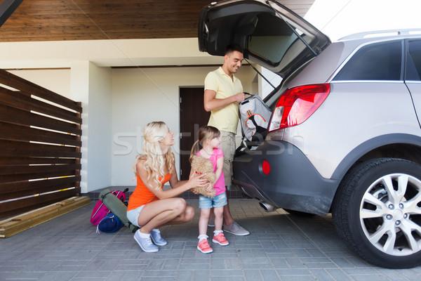 Gelukkig gezin spullen auto home parkeren Stockfoto © dolgachov