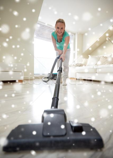 Feliz mulher aspirador de pó casa pessoas trabalhos domésticos Foto stock © dolgachov