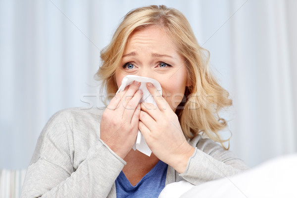 Ziek vrouw blazen neus papier servet gezondheidszorg Stockfoto © dolgachov