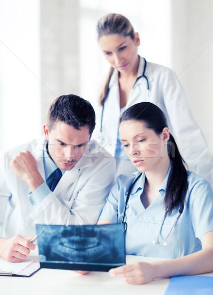 Gruppo medici guardando Xray sanitaria medici Foto d'archivio © dolgachov