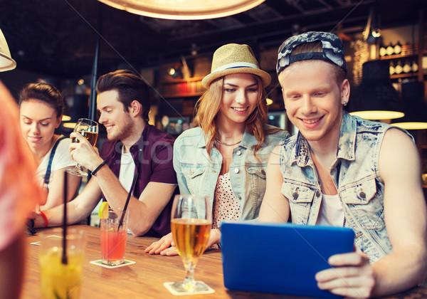 Heureux amis boissons bar personnes Photo stock © dolgachov