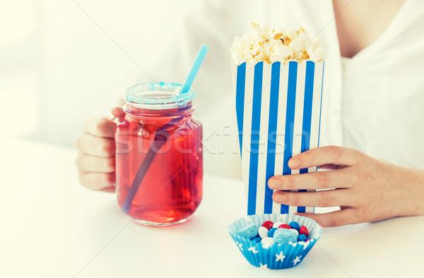 Donna popcorn bere vetro muratore jar Foto d'archivio © dolgachov