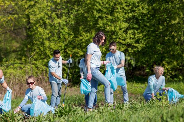 Vrijwilligers vuilnis zakken schoonmaken park vrijwilligerswerk Stockfoto © dolgachov