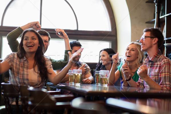 Barátok sör néz futball bár kocsma Stock fotó © dolgachov