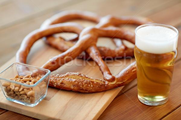 Cerveja salgadinhos amendoins tabela comida Foto stock © dolgachov