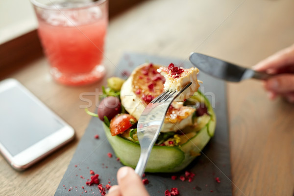 Vrouw eten geitenkaas salade restaurant eten culinair Stockfoto © dolgachov