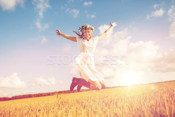 Heureux femme couronne sautant céréales domaine Photo stock © dolgachov