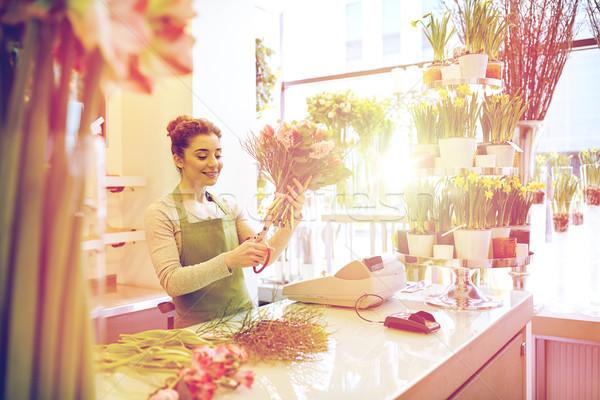 Souriant fleuriste femme Photo stock © dolgachov