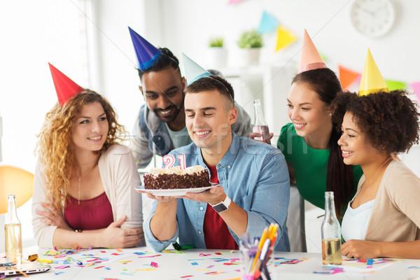 Homem bolo de aniversário equipe escritório festa corporativo Foto stock © dolgachov