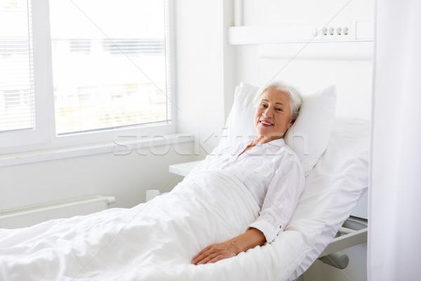 Glimlachend senior vrouw bed ziekenhuis geneeskunde Stockfoto © dolgachov