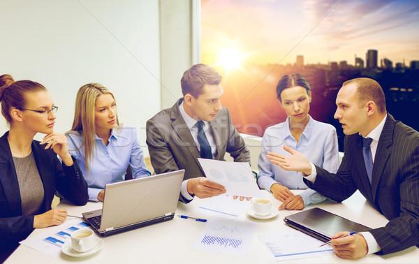Equipo de negocios portátil debate trabajo en equipo tecnología personas Foto stock © dolgachov